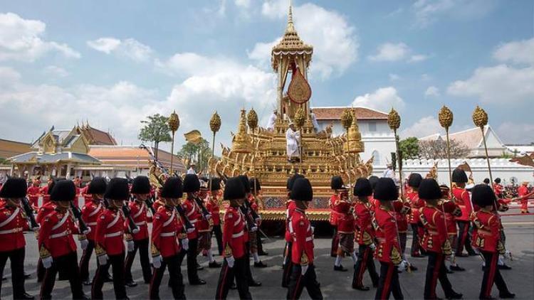 Sáng nay, linh cữu của nhà vua quá cố được chuyển từ cung điện đến đài hoá thân hoàn vũ ở quảng trường Sanam Luang để chuẩn bị cho nghi lễ hoả táng vào tối cùng ngày.