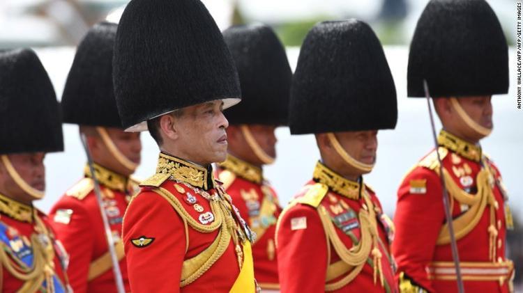 Đội cận vệ Hoàng gia Thái Lan trong buổi lễ tiễn đưa cố vương.Vua Maha Vajiralongkorn, con trai cố vương, sẽ là người châm lửa đài hoá thân vào lúc 22h tối nay.