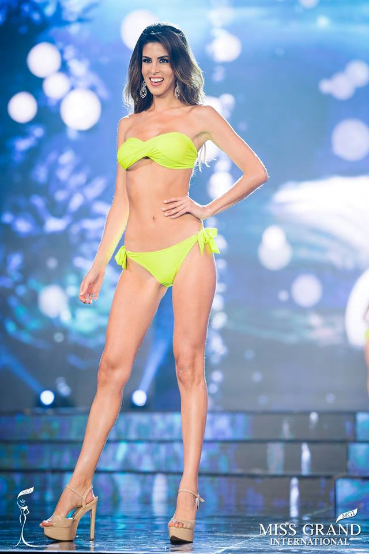 Người đẹp chia sẻ cô thường luyện tập Muay Thái và lướt sóng để có được thân hình nóng bỏng, săn chắc.