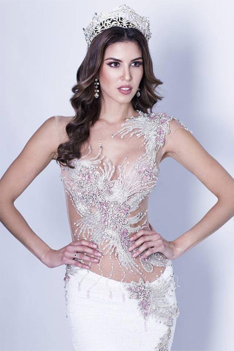 """Trước khi đi thi Hoa hậu Hòa bình thế giới,Maria Jose Lora đã nói rằng: """"Tôi cam kết hoàn thành vai trò là đại sứ hòa bình của đất nước tôi. Tôi sẽ nỗ lực hết mình để mọi người có thể tự hào về tôi""""."""