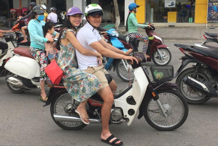 Công Vinh trong một lần đèo vợ bằng xe máy đi làm từ thiện.