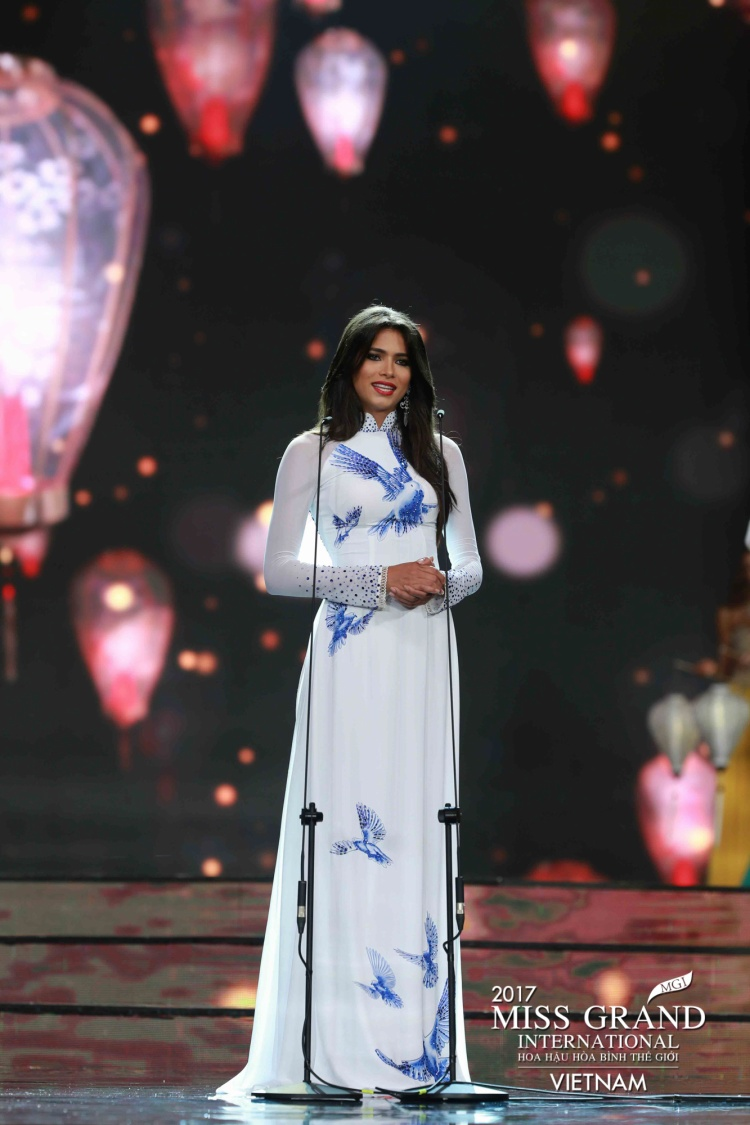 Bên cạnh đó, với thiết kế ôm dáng, giúp khoe trọn đường cong nhưng vẫn nền nã, dịu dàng, chiếc áo dài lụa này giúp nhiều thí sinh trong top 10 phô diễn nét đẹp tự nhiên của cơ thể cách chừng mực, gợi cảm. Đơn cử như người đẹp Venezuela - Á hậu 1 của cuộc thi.