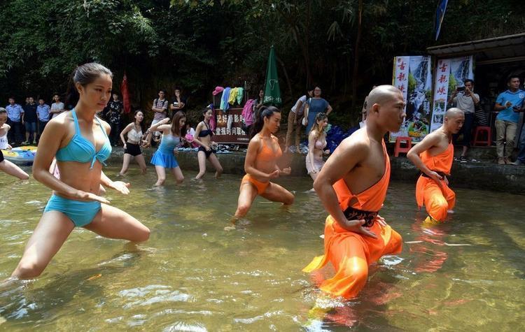 Các thiếu nữ mặc bikini quyến rũ học võ của đệ tử Thiếu Lâm