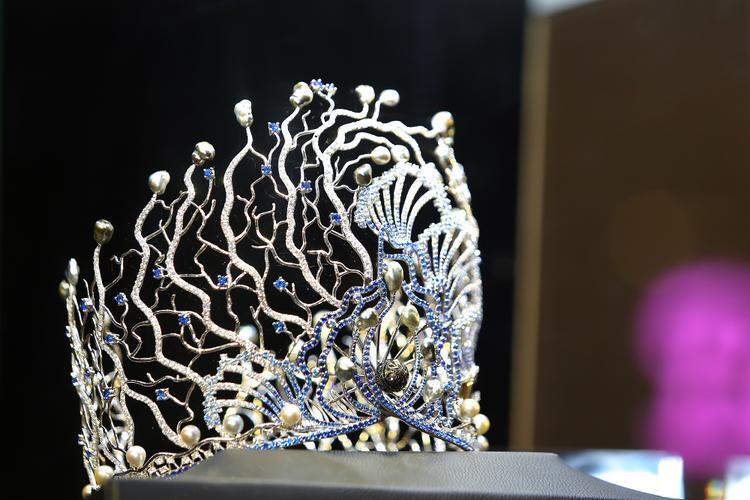 Điểm đặc biệt của chiếc vương miện lần này: Ngoài việc sử dụng các loại ngọc quý, thì đây là tác phẩm được tái hiện một cách tự nhiên nhất hình ảnh dưới đáy đại dương. Hình ảnh họatiết sóng biển và rặng san hô được mô phỏng một cách sinh động nhất.