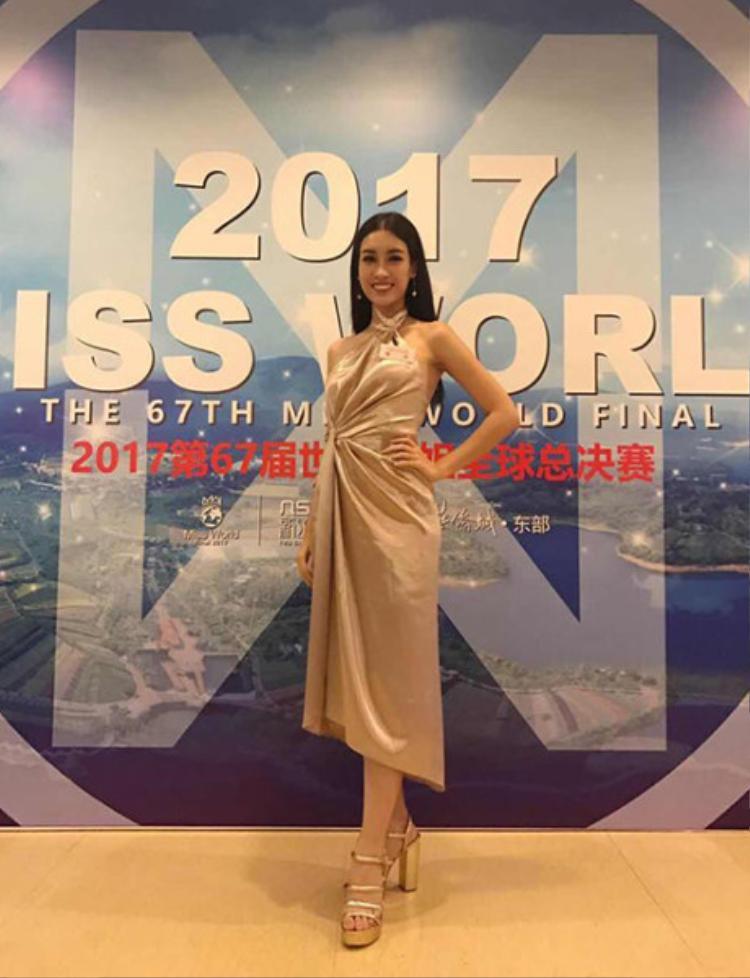 Trong sự kiện tiệc tối của cuộc thi Miss World 2017, Hoa hậu sinh năm 1996 khiến fans lo lắng với chiếc đầm kém sang. Bộ trang phục màu sắc vàng ánh kim với kiểu buộc dây ở cổ và chít thắt eo không những không giúp Mỹ Linh khoe được vóc dáng, mà còn khiến cô trông bị sến sẩm, lỗi thời. Tổng thể chiếc váy thiếu điểm nhấn, phụ kiện từ hoa tai, vòng tay đến giày cao gót đều khiến đại diện Việt Nam trở nên kém tinh tế.