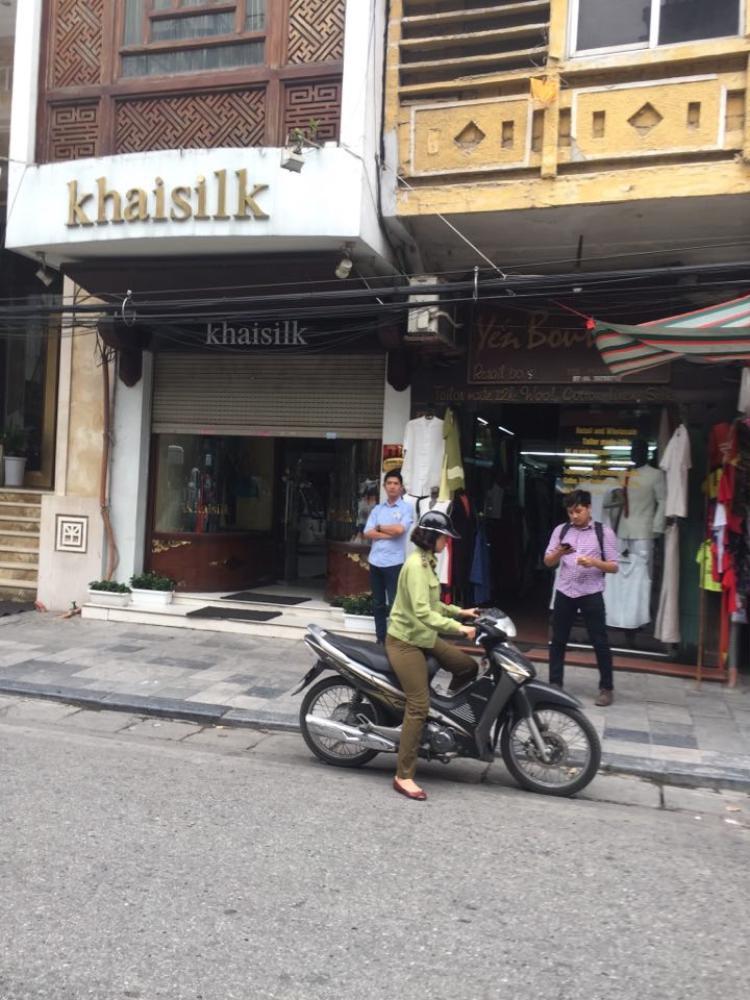 Cửa hàng của doanh nhân Hoàng Khải bị Cục quan lý thị trường kiểm tra vào chiều 26/10.