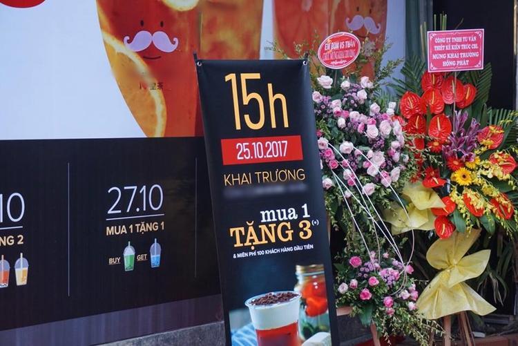 Treo biển giảm giá khủng vào khung giờ cố định, cửa hàng trà sữa mới khai trương này đã thu hút với lời chào mời hấp dẫn mua 1 tặng hẳn 3!