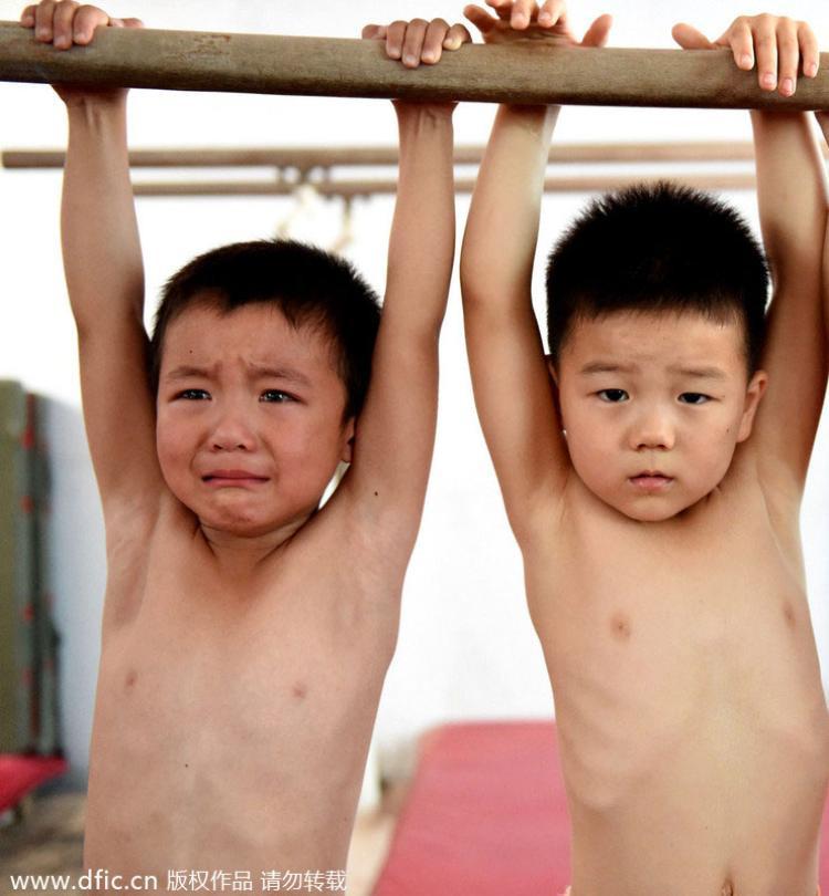 Đu xà cũng là một cực hình cho bọn trẻ.