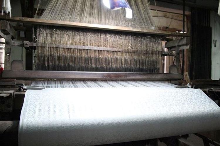 Các công đoạn dệt lụa làm thủ công.
