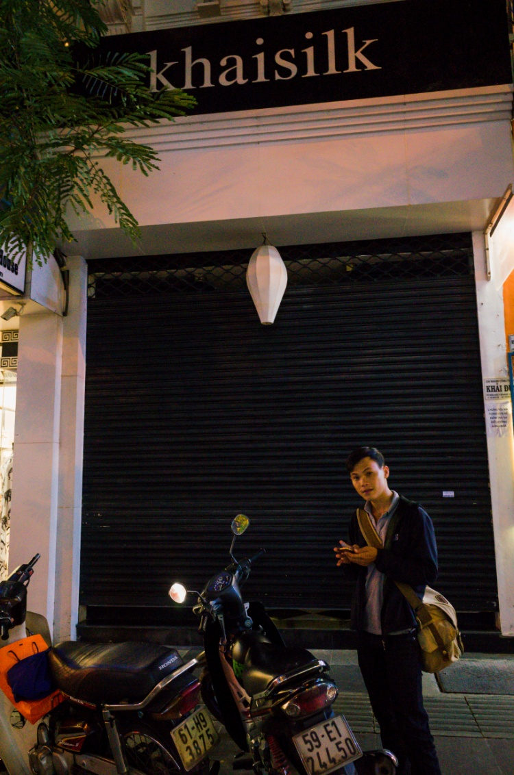 8h tối 26/10, cửa hàng Khaisilk tại Sài Gòn đóng cửa trong khi giờ mở cửa thông thường là đến 21h.
