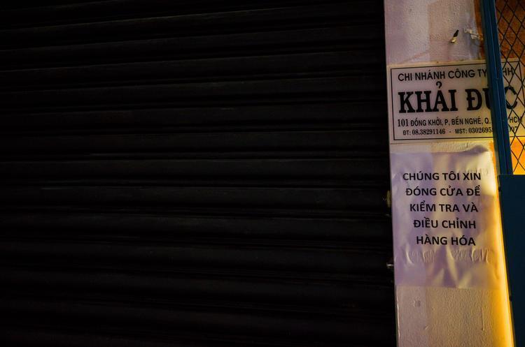 Thông báo dán ở cửa hàng.
