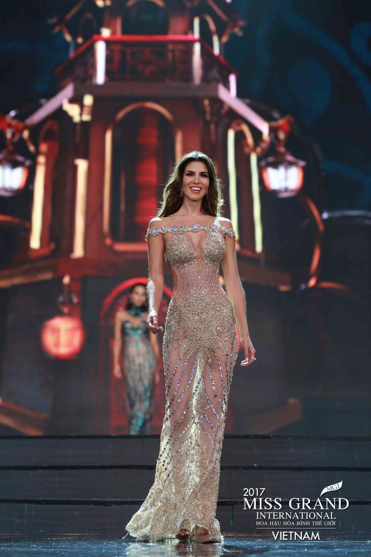 Đương kim Hoa hậu Hoà bình Thế giới lộ ảnh phì phèo thuốc lá gây tranh cãi