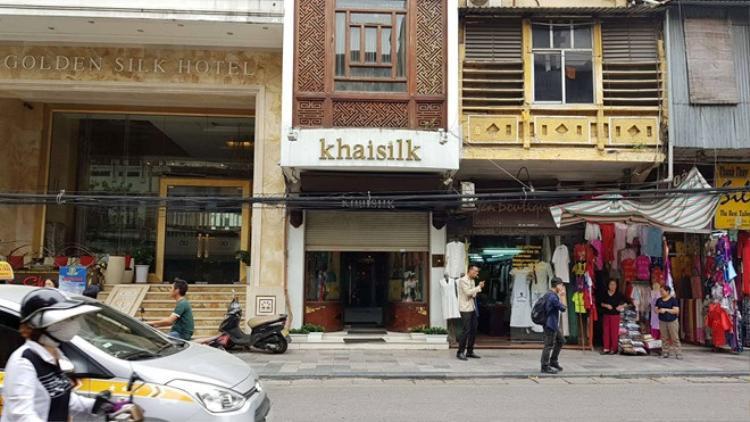 Cửa hàng Khaisilk ở 113 Hàng Gai, nơi doanh nghiệp mua 60 chiếc khăn lụa và phát hiện đều là hàng gắn mác made in China.
