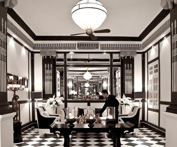 Nhà hàng là một biệt thự Pháp cổ với tông trắng - đen sang trọng và tinh tế.