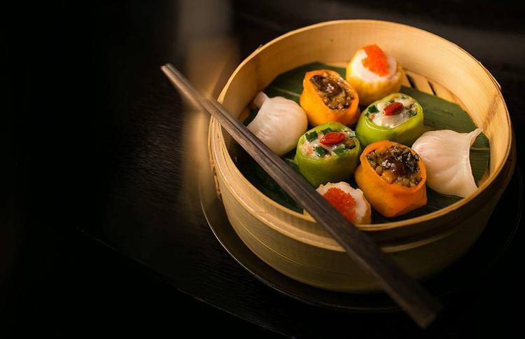 Nhà hàng chuyên phục vụ các món Hoa với mang đậm nét cung đình như gà Quý phi, vịt quay Bắc Kinh, heo sữa quay, bào ngư tươi phỉ thúy…