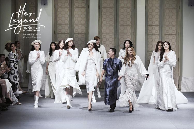 Nhà thiết kế Adrian Anh Tuấn cùng dàn mẫu và ca sĩ Thanh Hà chào chốt màn show diễn.