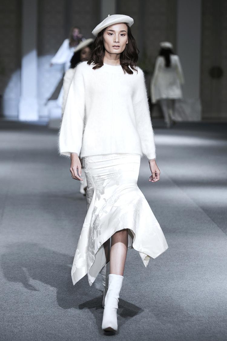 Lê Thuý vốn quen mặt ở những show thời trang của Đỗ Mạnh Cường cũng nhận lời trình diễn bộ sưu tập của cựu giám khảo Vietnam's Next Top Model. Cô lạnh lùng sải bước.