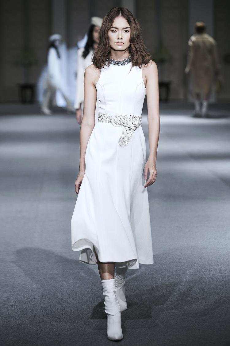 """Trong trang phục sắc trắng, áo lược tay, chân váy loe, Thanh Thảo tự tin như một """"quý cô quyền lực"""". Bước ra từ cuộc thi Vietnam's Next Top Model, Thanh Thảo được cho là một trong những người mẫu đắt show hiện nay. Cô sở hữu gương mặt góc cạnh, thân hình chuẩn người mẫu."""
