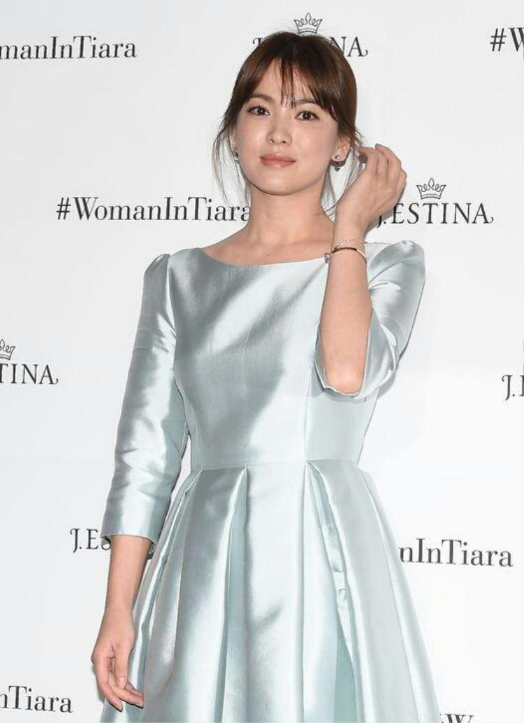 Tuy thiết kế bộ váy này có phần kém sang, nhưng phải công nhận, tông màu trắng sáng, form dáng tối giản giúp cô nàng tỏa sáng một cách rất tinh tế, nền nã.