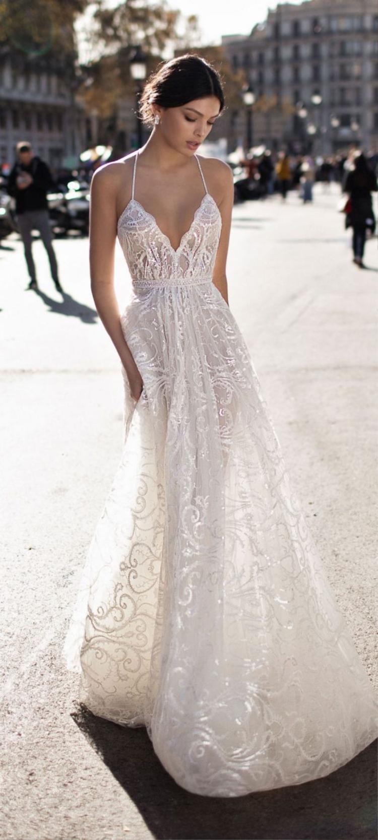 Vậy Song Hye Hyo có thể thử chọn mẫu váy của nhà mốt Gali Karten trong bộ sưu tập mới nhất. Thiết kế với phần tùng váy xòe nhẹ, đính kết pha lê tạo họa tiết cong mềm mại nữ tính, đặc biệt, phần cúp ngực hai dây quyến rũ sẽ là một điểm cộng khác biệt trong ngày trọng đại.