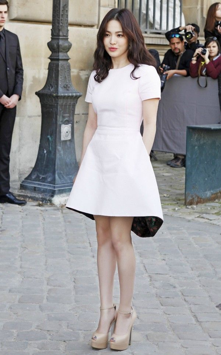 """Có thời điểm Song Hye Kyo rất """"mê mệt"""" những mẫu váy trơn màu trắng, trung tính, nhã nhặn. Đơn cử như chiếc đầm ngắn màu trắng, tùng chuông có phần vạt mullet này, rất phù hợp với nhan sắc nhẹ nhàng, thanh lịch của nữ diễn viên."""