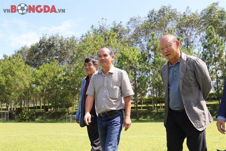 Có lẽ đây là lần đầu tiên bầu Đức trực tiếp dẫn HLV ĐTQG thăm quan học viện HAGL của mình. Ảnh: vnbongda.vn