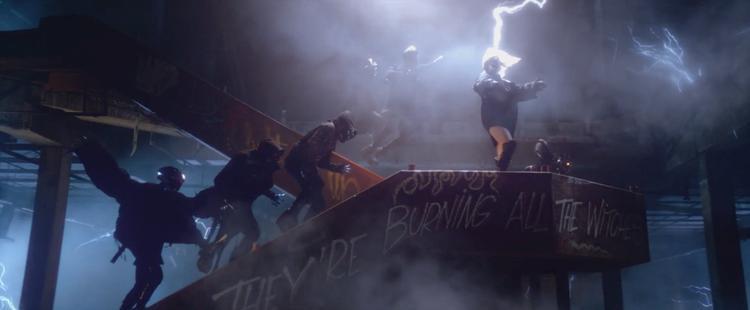 MV sử dụng những hiệu ứng hoành tráng không kém phim siêu anh hùng.