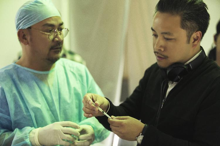 Đạo diễn Victor Vũ hướng dẫn diễn viên Hoàng Sơn.