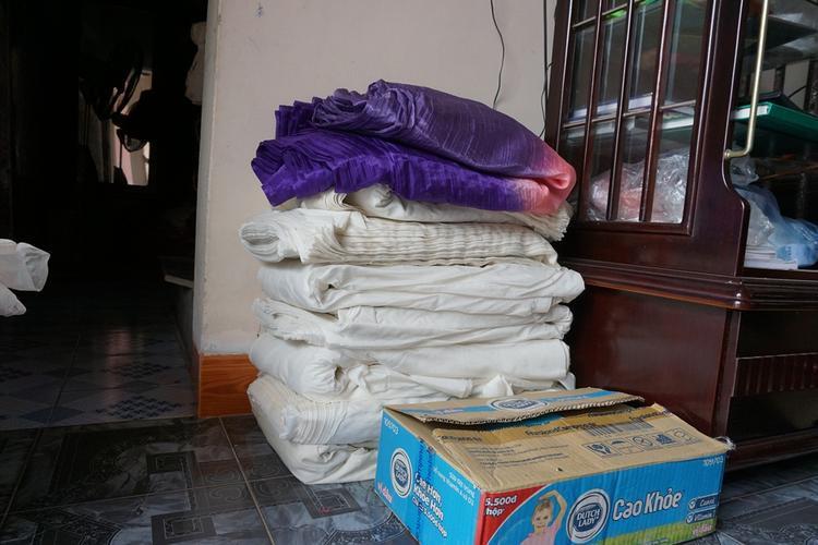 Lụa thành phẩm được người dân xếp trước khi cắt thành khăn hoàn chỉnh.