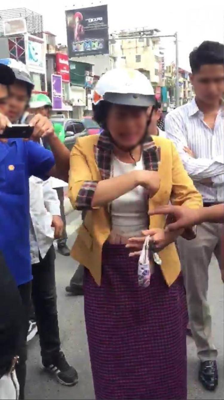 Người phụ nữ đứng ra can ngăn mọi người đánh tên cướp. Nguồn: KSC