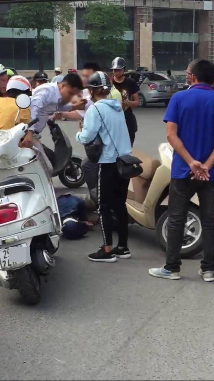 Hình ảnh người dân vây đánh thanh niên được cho là có biểu hiện dàn cảnh cướp giật.