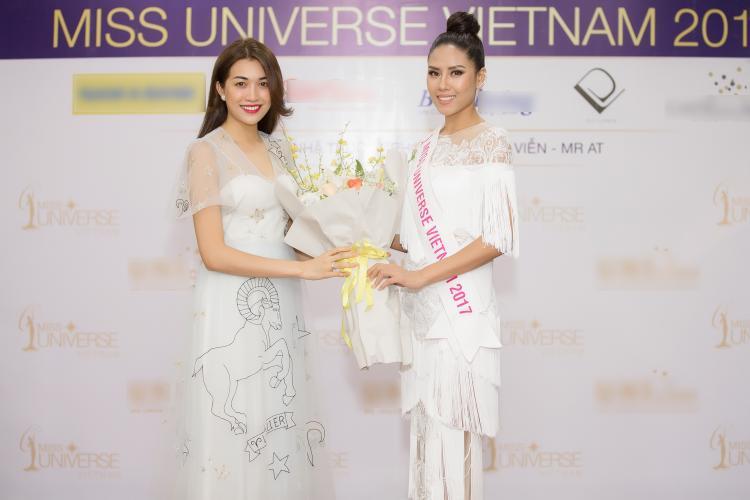 Á hậu Lệ Hằng trao hoa cho Nguyễn Thị Loan trước khi đến với Miss Universe 2017.
