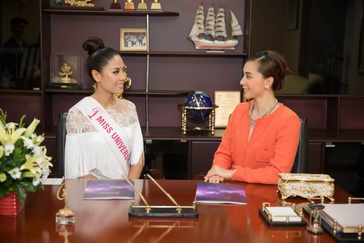 Đại diện Việt Nam - Nguyễn Thị Loan trao đổi với bà Dương Trương Thiên Lý trước thềm Miss Universe 2017.