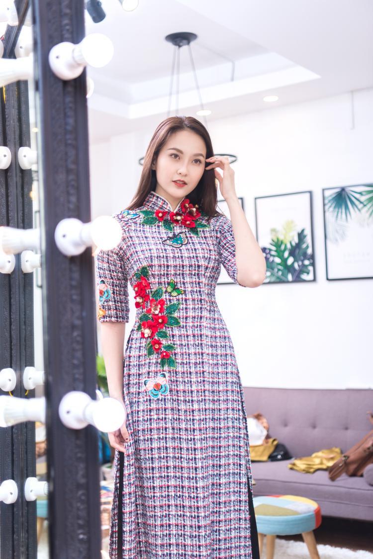 Hoa khôi Khánh Ngân duyên dáng trong trang phục áo dài truyền thống của NTK Minh Châu.