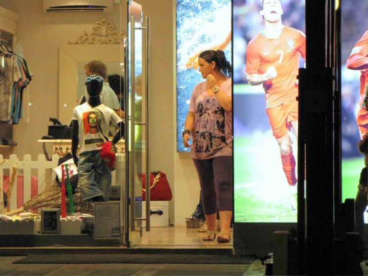 Bà chị Katia Aveiro trong cửa hàng bán đủ thứ vật phẩm liên quan tới em trai.