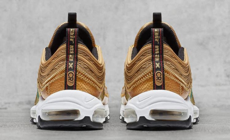 Đôi giày nhãn hiệu CR7.