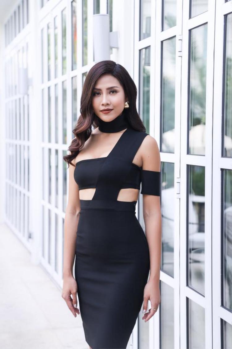 """Trong mỗi sự kiện người đẹp quê Thái Bình luôn tỏa sáng theo phong cách gợi cảm. So với thời điểm năm 2010 cô có màn lột xác """"không tưởng"""" khiến nhiều người ao ước."""