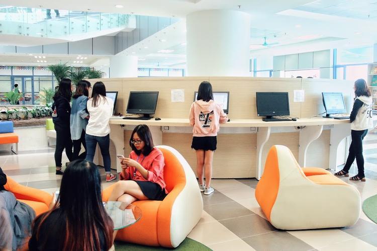 Bàn ghế được thiết kế độc đáo, bắt mắt dành cho sinh viên tới để đọc sách và học tập.