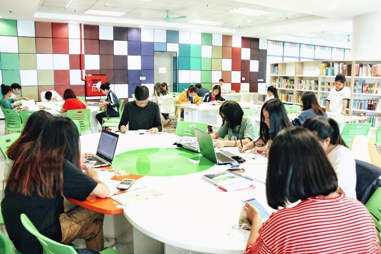 Không chỉ là nơi trau dồi kiến thức, tại thư viện trường còn là địa điểm lý tưởng để các sinh viên học nhóm.
