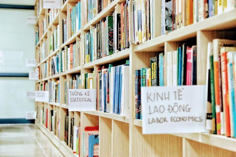 Tại đây có hàng nghìn đầu sách giúp sinh viên tha hồ lựa chọn sách phù hợp.