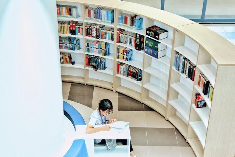 Bàn học và chỗ ngồi được thiết kế tại các kệ để sách rât tiện lợi cho các bạn trẻ.