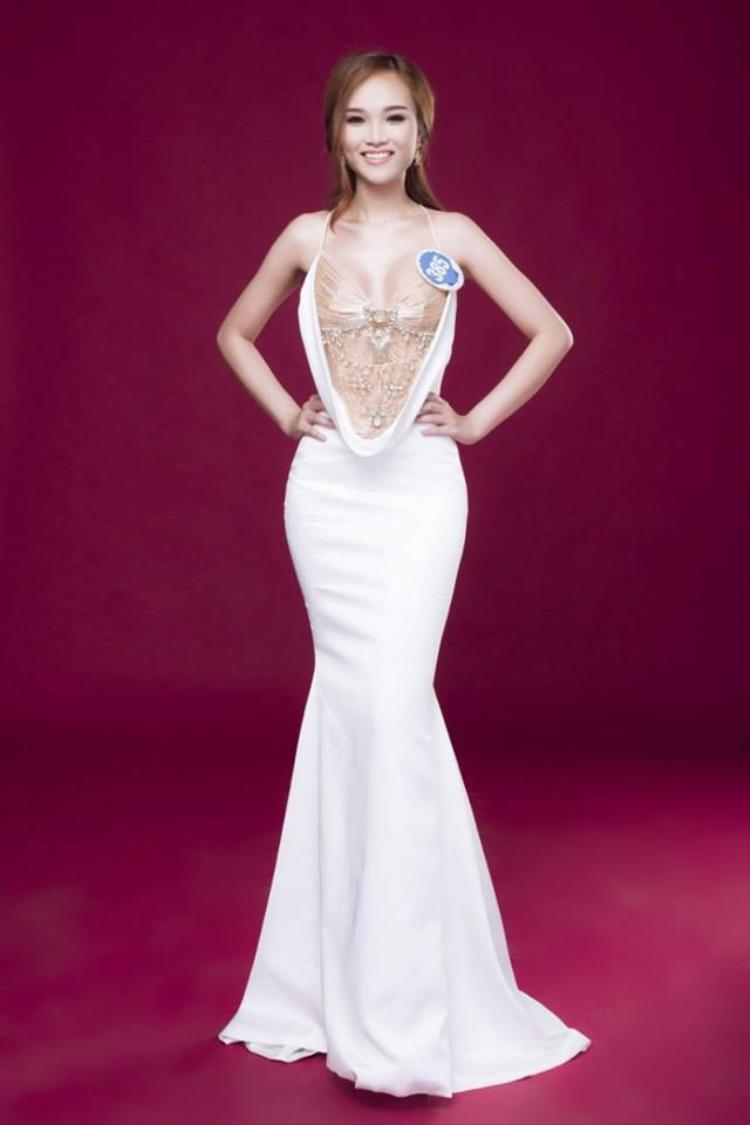 Trong một thiết kế khác của Đỗ Long, thí sinh Giang Anh lại vô tình đụng hàng với nàng Á hậu Việt Nam. Cô dường như biến bộ trang phục kém sang thấy rõ. Cách trang điểm và làm tóc không phù hợp khiến thí sinh kém thu hút.