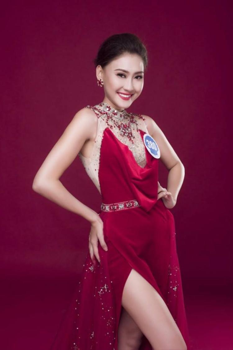 """Một thí sinh khác cũng vô tình chọn thiết kế """"chung chạ"""" với đàn chị. Tuy nhiên cô không thu hút được đối phương vì dáng người dường như quá nhỏ, cách tạo dáng quê mùa làm mất đi vẻ đẹp vốn có của bộ trang phục."""