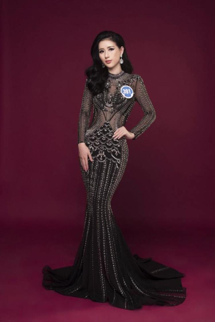 Thí sinh Băng Tâm cũng đụng váy với HLV The Face 2017- Hoàng Thùy - trong một thiết kế xuyên thấu quyến rũ. Nhìn chung, cô vô cùng nổi bật nhưng vẫn thiếu sự đẳng cấp mà đàn chị đã thể hiện được.