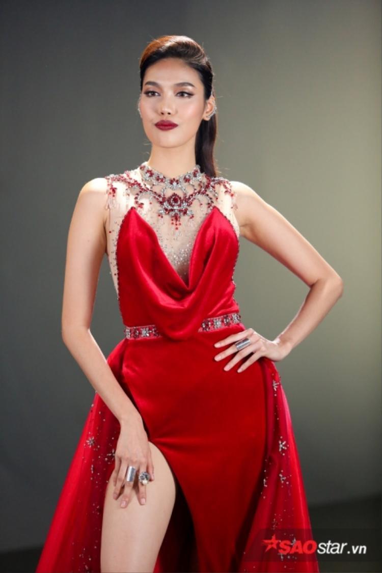 Mẫu thiết kế này của Đỗ Long cũng từng được Hoa khôi Áo dài Lan Khuê diện trong tập 1 Gương Mặt Thương Hiệu 2017 (The Face). Lan Khuê cũng không hề thua kém Kỳ Duyên.