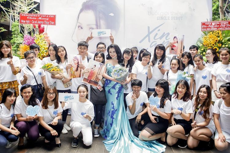 Janny Thủy Trần chụp hình cùng fan.