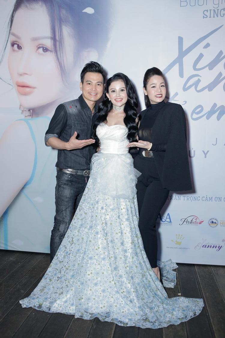 Ca sĩ Nhật Kim Anh cũng đến chung vui với cô.