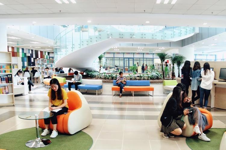 Không gian thư viện rộng rãi và có thiết kế hiện đại.