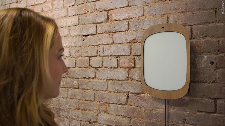 Chiếc gương được thiết kế giống như một chiếc máy tính bảng có khả năng nhận diện nụ cười.