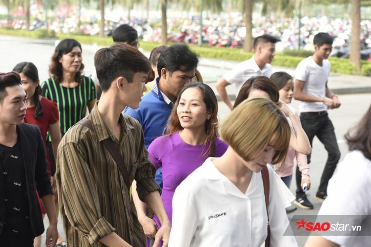 Ngày đầu tuyển sinh Thần tượng Bolero tại Hà Nội: Thí sinh đứng đông nghịt 2 tầng TT thương mại